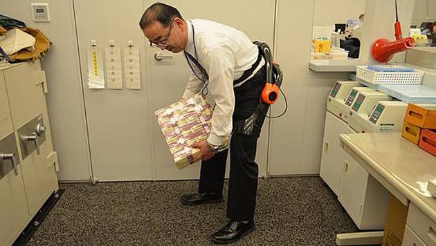 Exoskelette sollen Bank-Mitarbeiter entlasten (Bild: Sumitomo Mitsui Banking Corp.)