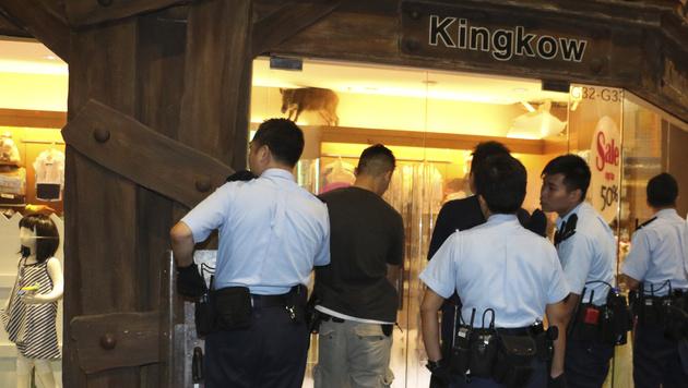 Hongkong: Wildschwein verirrt sich in Modegeschäft (Bild: AFP)
