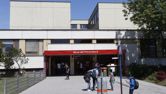 Asbestalarm herrschte an dieser Schule in Wien-Floridsdorf. Nun konnte Entwarnung gegeben werden. (Bild: Zwefo)