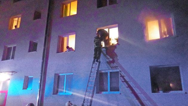 Einsatzkräfte der Feuerwehr während der Rettung (Bild: APA/FF BRAUNAU/UNBEKANNT)
