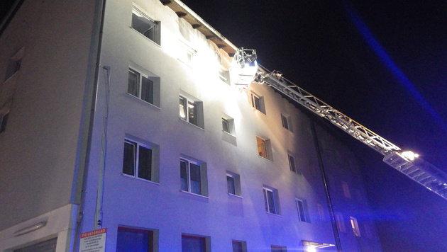 Mit Dreh- und Schiebeleitern wurden die Bewohner aus dem Haus gerettet. (Bild: FF Braunau)