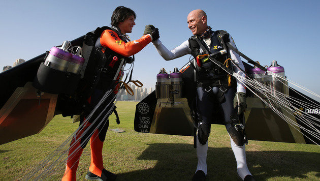 """""""Jetman"""" Rossy düste mit Partner über Dubais Küste (Bild: AP)"""