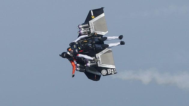 """""""Jetman"""" Rossy düste mit Partner über Dubais Küste (Bild: APA/EPA/ALI HAIDER)"""