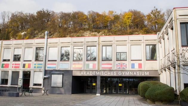 Das Akademische Gymnasium wird renoviert. Im Exil öffneten Diebe die Latein-Zentralmaturafragen. (Bild: Franz Neumayr/Probst)