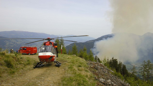 Der Rettungshubschrauber brachte die verletzten Feuerwehrleute ins Spital. (Bild: ARA Flugrettung)