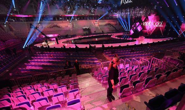Leere Stühle: Der Saal war wenige Minuten nach der Bombendrohung schon geräumt. (Bild: Twitter)