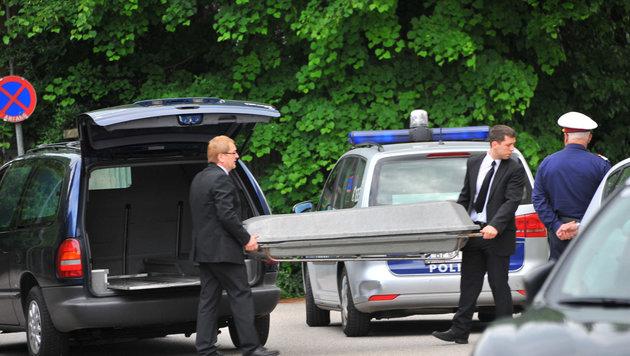 Die Leiche von Doris P. (41) wurde sofort zur Obduktion in die Gerichtsmedizin abtransportiert. (Bild: Horst Einöder)