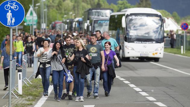 Fans auf dem Weg zum Konzert (Bild: APA/ERWIN SCHERIAU)