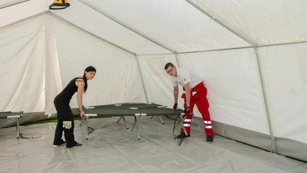 In Linz werden Zeltlager für Flüchtlinge aufgebaut. (Bild: APA/FOTOKERSCHI.AT/WERNER KERSCHBAUM)