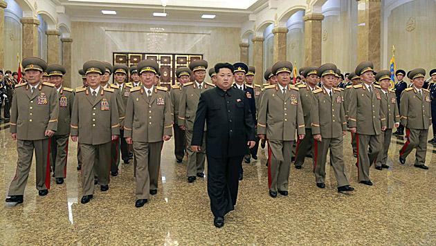 Kim Jong Un will Minister mit Flak hinrichten (Bild: APA/EPA/RODONG SINMUN)