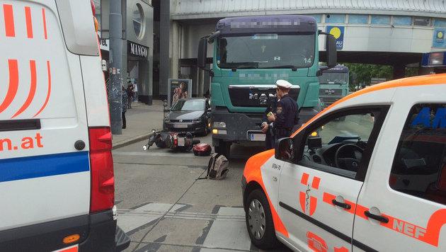 68-jähriger Motorradfahrer prallt gegen Lkw - tot (Bild: APA/HERBERT NEUBAUER)