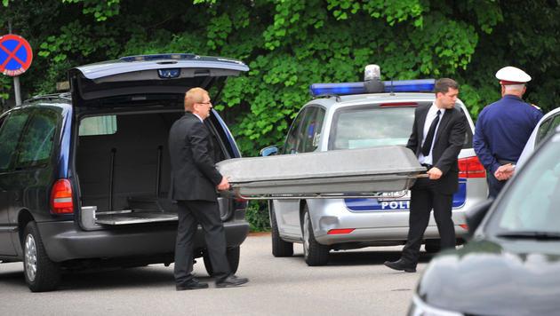 Die Leiche der 41-Jährigen wurde abtransportiert. (Bild: Horst Einöder)