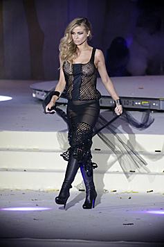 Sehr sexy! Carmen Electra im durchsichtigen Kleidchen auf dem Laufsteg (Bild: Klemens Groh)