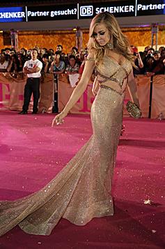 Carmen Electra ganz sexy in einer goldenen Traumrobe (Bild: Klemens Groh)