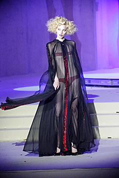 Ein Model bei Jean Paul Gaultiers Fashion Show (Bild: Klemens Groh)