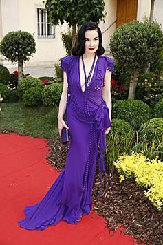 Dita Von Teese in einer lila Robe (Bild: Martin A. Jöchl)