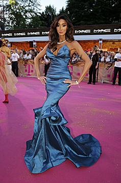 Yasmine Pette in einem nachtblauen Traumkleid (Bild: Klemens Groh)