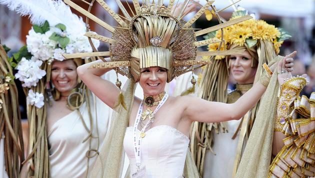 Vorbild für die Kostüme bildet heuer die Kunst der Secession. (Bild: APA/HERBERT NEUBAUER)