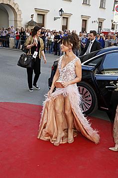 Paula Abdul zeigt viel Bein. (Bild: Martin A. Jöchl)