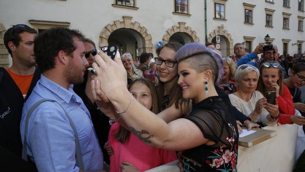 Kelly Osbourne macht Selfies mit den Fans. (Bild: Martin A. Jöchl)