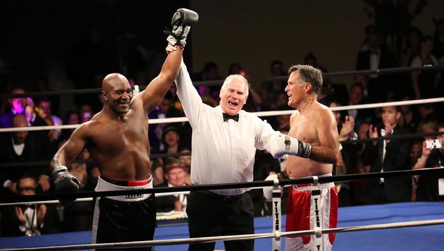 Nachdem Romney das Handtuch geworfen hatte, durfte Holyfield als Sieger jubeln. (Bild: AP)