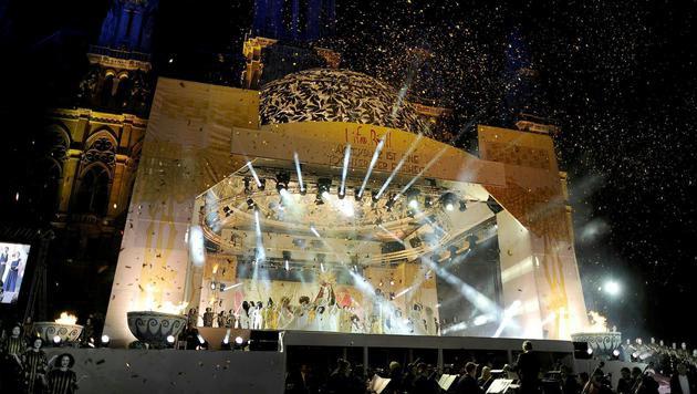 Die Bühne vor dem Rathaus trägt die Kuppel der Secession. (Bild: APA/HERBERT NEUBAUER)