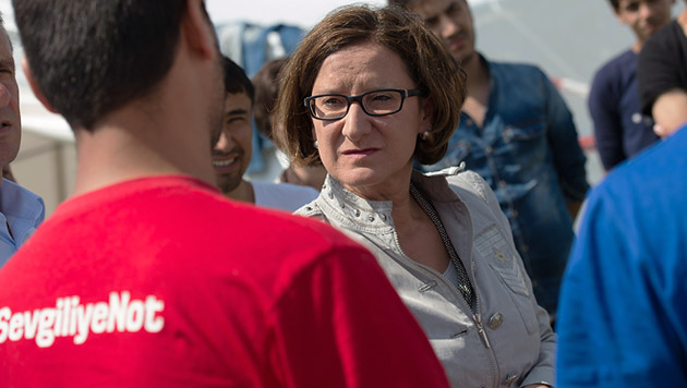 Mikl-Leitner besuchte am Samstag die Flüchtlinge am Gelände der Landespolizeidirektion in Linz. (Bild: APA/FOTOKERSCHI.AT/WERNER KERSCHBAUMMAYR)