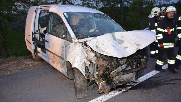 In dem Fahrzeug befanden sich vier Männer - einer wurde schwer verletzt. (Bild: Einsatzdoku.at)