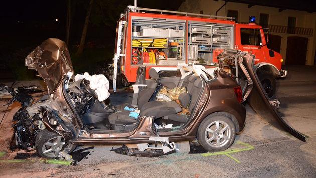 Das Auto des Deutschen wurde bei dem Unfall völlig zerstört. (Bild: APA/ZEITUNGSFOTO.AT)