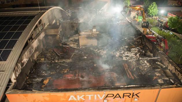 Der Brand im Schulzentrum hielt die Florianis stundenlang auf Trab. (Bild: APA/FOTOKERSCHI.AT/WERNER KERSCHBAUMMAYR)