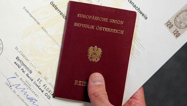 2007 kam der Reisepass mit Mikrochip – viele laufen demnächst ab (Bild: APA/HANS KLAUS TECHT)