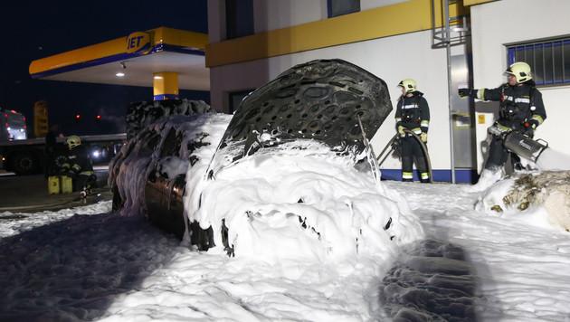 Lenker stellt brennendes Auto an Tankstelle ab (Bild: laumat.at/Matthias Lauber)