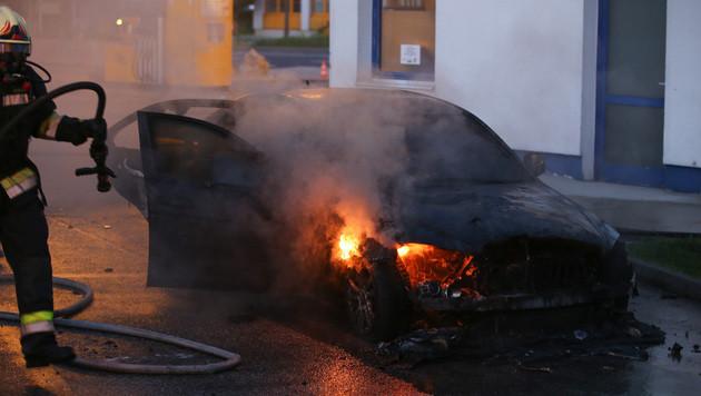 Nur wenige Meter neben den Zapfsäulen brannte der Wagen aus. (Bild: laumat.at/Matthias Lauber)