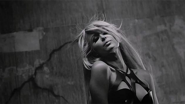 "Paris Hilton im Clip zu ""High Off My Love"" (Bild: YouTube.com)"
