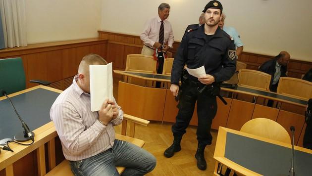 Der Angeklagte im Gerichtsaal (Bild: Martin A. Jöchl)
