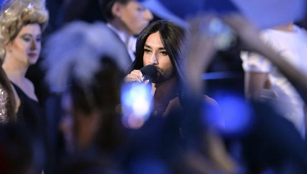 """Conchita Wurst, die 2014 den Eurovision Song Contest gewonnen hat, singt """"Rise Like A Phoenix"""". (Bild: AP/Kerstin Joensson)"""