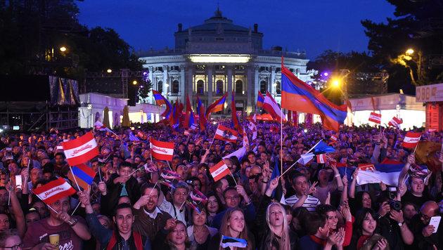 Nicht nur in der Stadthalle ist die Stimmung großartig, auch am Rathausplatz feiern die Fans. (Bild: APA/HELMUT FOHRINGER)