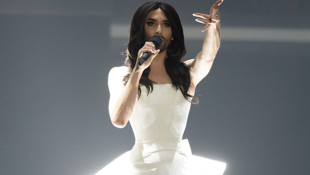Vorjahressiegerin Conchita Wurst eröffnet das 1. Halbfinale des Song Contest in weißer Robe. (Bild: EPA/GEORG HOCHMUTH)