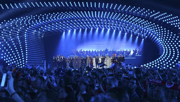 Die Teilnehmer versammeln sich zu Beginn der Show auf der Bühne. (Bild: AP/Kerstin Joensson)