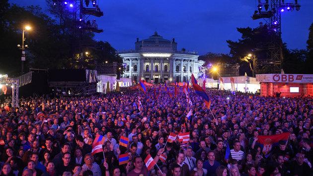 """Public Viewing des Halbfinales im """"Eurovision Village"""" am Rathausplatz in Wien (Bild: APA/HELMUT FOHRINGER)"""