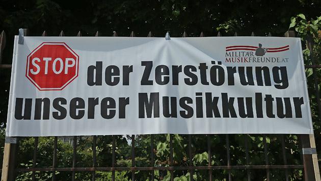 Musikkapellen blasen Minister Klug den Marsch (Bild: Peter Tomschi)