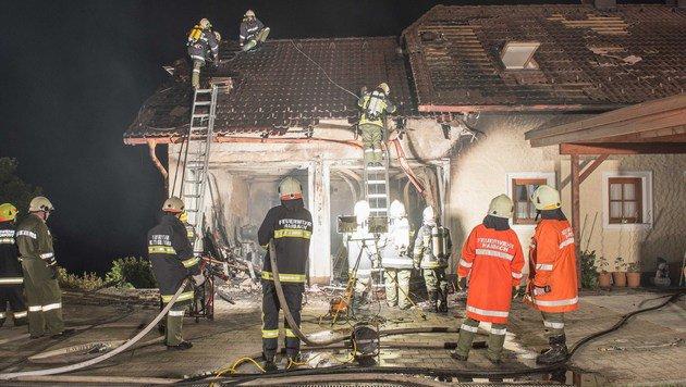 Das Einfamilienhaus wurde von den Flammen schwer beschädigt. (Bild: Werner Kerschbaummayr/fotokerschi.at)