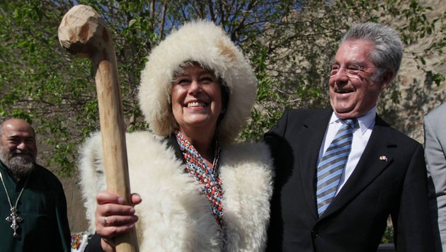 First Lady Margit Fischer  verhüllt im Schafspelz (Bild: facebook.com)