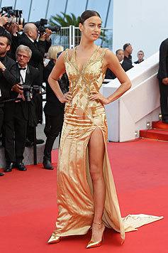 Bradley Coppers schöne Freundin Irina Shayk glänzt in Gold und mit extraheißem Beinschlitz. (Bild: AFP)