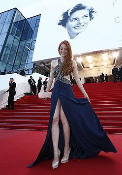 Model Barbara Meier lacht den Beinahe-Höschenblitzer am roten Teppich gekonnt weg. (Bild: EPA)