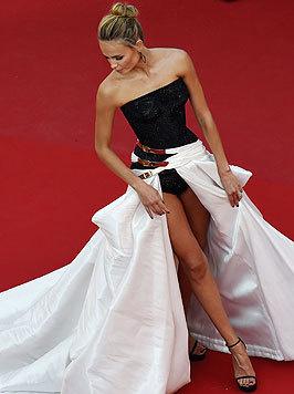 """Model Natasha Poly im sexy """"Badeanzugkleid"""" am roten Teppich (Bild: AFP)"""