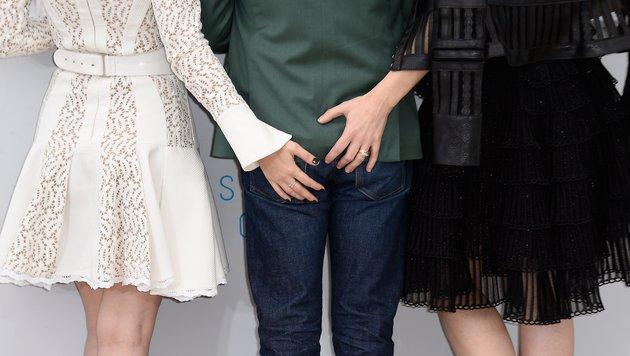 Na! Was ist denn da los? Rooney Mara und Cate Blanchett begrapschen Regisseur Todd Haynes. (Bild: AFP)