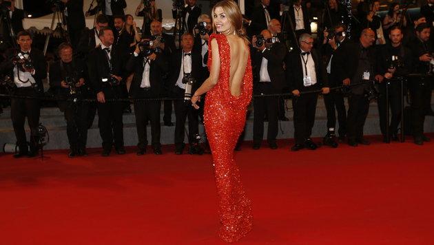 Der russische TV-Star Victoria Bonya posiert in feurigem Rot. (Bild: AFP)