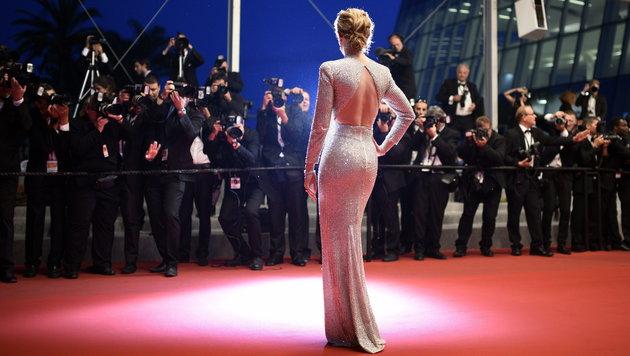 Schauspielerin Emily Blunt gewährt eine heiße Rückenansicht.