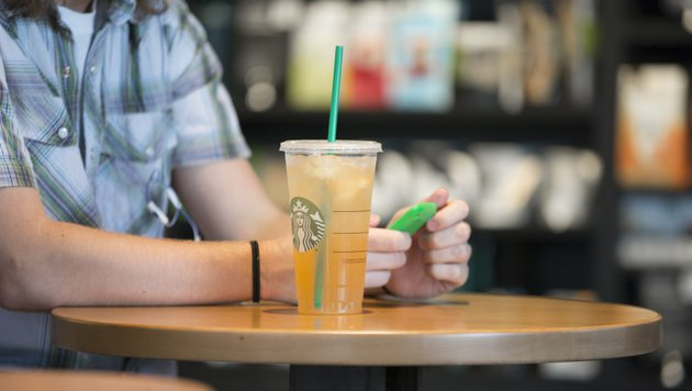 Zu viel Eis im Kaffee? Frau verklagt Starbucks (Bild: Starbucks)